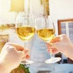 おしゃれな名入れワイングラスは、祝福や感謝の気持ちを伝えたいときに注目のプレゼントです。今回は【2019年最新版】の、特別な日に贈りたい素敵なワイングラスを多数ご紹介します。ティファニーやリーデルなど有名ブランドの名入れ対応ワイングラスに加え、選び方といった贈る際の参考になる情報などもあわせてチェックしてください。
