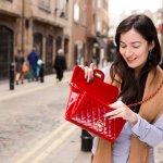 Mengganti dompet tidak harus menunggu dompet Anda usang dan bulukan dulu. Dompet kini tidak lagi dipandang dari segi fungsi saja namun juga untuk penunjang gaya fashion yang trendi. Dengan dompet wanita yang serasi, pastinya penampilan Anda menjadi lebih ciamik.
