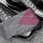 靴下は、男性にとってはほぼ毎日使う必需品です。使用頻度が多いだけに痛みも早く、穴があいてしまうことも多い消耗品です。ズボンと靴の間からちらりと見える靴下は、何気に隠れたオシャレにもなるアイテムです。  そこで、男性に人気のオシャレなメンズ靴下の選び方のポイントやプレゼント金額の相場などをわかりやすくまとめました。  さらに、男性に人気がある靴下10ブランドを【2018年度版】ランキング形式で紹介いたします。是非参考にしてください。