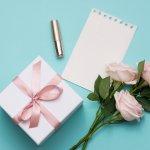 母の日にはより想いが伝わる、名入れのプレゼントを贈りませんか?この記事では、2020年最新の情報として、母の日にふさわしい普段使いできて華やかな名入れグッズを種類豊富にご紹介します。CHANELの「ルージュ ココ」や、縁起の良い椿の絵付けをしたきざむの名入れ湯呑みなど、おすすめの名入れグッズが満載です。