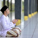 Karena shalat wajib hukumnya dalam agama Islam, maka para muslim harus tetap melaksanakan shalat apa pun keadaannya. Termasuk juga bagi para lanjut usia (lansia) atau yang sedang sakit tertentu. Namun, untuk lebih mudah, maka sebaiknya menggunakan kursi. Kursi apa yang pas untuk para lansia dan orang sakit untuk melaksanakan shalat? Simak ulasannya di bawah ini, yah.