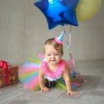 नीचे दिए गए अनुच्छेद में हमने आपसे बात की है कि आप किसी नवजात शिशु के लिए किस तरह के उपहार खरीद सकते हैं जब उसका पहला जन्मदिन मनाया जा रहा हो। हमने कुछ महत्वपूर्ण बातों का भी जिक्र किया है जिन्हें आप को उपहार खरीदते समय ध्यान में रखना है।  कृपया इस अनुच्छेद को पूरा पढ़ें। (2018)