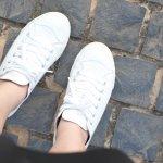Biar Nggak Ketinggalan Mode, 22 Sepatu Putih Ini Boleh Jadi Pilihan Terkini!