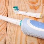 今回は、電動歯ブラシをすでに愛用されている方や、これから使う方にプレゼントするのにおすすめの電動歯ブラシをご紹介します。特に、高機能で人気の高いフィリップスやオムロン製品を含め、それぞれのメーカーの特徴や魅力をまとめました。移動の多い方へのプレゼントであれば、コンパクトなだけでなくケースが付属された電動歯ブラシがおすすめです。ぜひ参考にしてください。