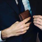 Kecanggihan teknologi kini telah merambah dunia fashion. Salah satu perpaduan antara fashion dan teknologi adalah hadirnya smart wallet dengan berbagai fitur keren. Apa aja sih? Ini dia rekomendasi dompet canggih dari BP-Guide buat para pria modern.