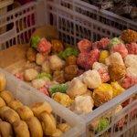 Berkunjung ke Yogyakarta tentu tak lengkap tanpa mencicipi kuliner khasnya dan juga membawa oleh-oleh. Ada banyak pilihan snack Jogja yang bisa jadi pilihan buah tangan lho! Mau tahu snack Jogja yang bisa kamu coba? Cek daftarnya berikut ini!