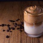 Kopi dalgona menjadi salah satu racikan kopi yang tren dan viral di saat pandemi ini. Jutaan orang mencoba membuat resep unik kopi ini sendiri di rumah. Anda ingin mencoba membuatnya juga? Berikut ini ulasan dan rekomendasi kopi instan yang pas untuk membuat kopi dalgona terbaik.