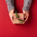 Chọn quà tặng Giáng sinh sao cho gói ghém tròn đầy tình cảm và lời chúc tốt lành đến những người mà bạn trân quý tuy không khó nhưng cũng đòi hỏi nhiều tinh tế. Mời bạn cùng tham khảo 10 gợi ý quà Giáng sinh đơn giản mà ý nghĩa (2020) trong bài viết dưới đây nhé!