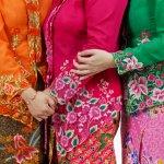 Seperti yang kita tahu bahwa baju adat biasanya digunakan pada saat acara tertentu. Namun, seiring perkembangan zaman, kini baju adat menjadi salah satu fashion yang dapat dipadupadankan dengan baju sehari-hari. Seperti contoh kain songket yang dijadikan rok, outer, dan lainnya, sudah sering dijumpai sebagai pakaian yang sering dipakai untuk beraktivitas.