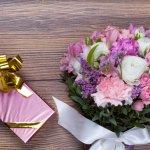 """Lãng mạn là một trong những gia vị ngọt ngào không thể thiếu trong tình yêu, vậy làm sao để tạo sự lãng mạn? Đôi khi lãng mạn chỉ là cùng người yêu đi dạo trên bờ biển, cùng nấu những bữa ăn ngon, hoặc tạo những bất ngờ như một chuyến thăm nửa ấy ở phương xa, hay tặng cho người ấy những món quà nhỏ. Bài viết sau sẽ mách bạn cách tạo nên một ngày 20/10 thật lãng mạn và gợi ý những món quà mà bạn có thể khiến người yêu """"lịm tim"""" trong dịp đặc biệt này nhé."""