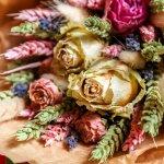 お母様や彼女など女性へのプレゼントに大人気なのが、なんと言っても美しい花です。今回は「2021年最新情報」の、誕生日プレゼントに喜ばれるドライフラワーギフトをご紹介します。ドライフラワーを使用したリースや花束、ハーバリウムなど、生花やプリザーブドフラワーとはひと味違った魅力を持つアイテムが豊富です。素敵な逸品を見つけて、大切な方の誕生日祝いに贈りましょう。