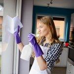 Kaca di rumah wajib dibersihkan rutin supaya rumah tampak indah. Kaca wajib dibersihkan dengan benar memakai pembersih kaca. Yuk, cek rekomendasinya dari kami di BP-Guide!