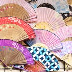 Shanghai seringkali dijadikan sebagai destinasi wisata menarik. Selain keindahan alamnya dan budayanya, negeri Tirai Bambu ini juga menjadi surganya wisata belanja. Hal yang boleh terlewatkan saat traveling tentunya membeli oleh-oleh. Nah, sudah tahu belum tempat wisata belanja dan oleh-oleh unik khas Shanghai?