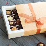 退職する際にお祝いをいただいた方へお礼の品を贈る際には、お菓子がよく選ばれています。今回は退職祝いのお返しに人気のお菓子について、2021年最新情報をご紹介します。手軽に贈りやすく、かつ感謝の気持ちが伝わる最適なギフトを集めました。メッセージ入りの商品なども挙げますので、退職祝いのお返しを選ぶ際の参考にしてください。