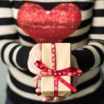 आजकल हर किसी के पास इतना समय नहीं होता कि वह अलग-अलग दुकाने ढूंढे और कोई उपहार चुने । इसलिए अगर आप भी अपने बॉयफ्रेंड के लिए कोई ना कोई बेहतरीन उपहार की तलाश में हैं तो आप यहां बिल्कुल सही जगह पर आई है । हम लाए हैं ऐसे 11 शानदार और बेहतरीन उपहार जो ऑनलाइन लेने योग्य है और उसे भी हद पसंद नहीं आएंगे । साथ में हमने आपको कुछ महत्वपूर्ण जानकारी भी दी है जो आपके काम आएगी । अधिक जानने के लिए पढ़ते रहिए