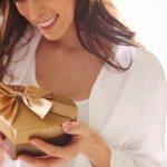 20代の彼女に贈る2017年最新版、人気の誕生日プレゼントを20代前半・20代後半それぞれをランキング形式でご紹介します。  20代前半・20代後半それぞれの彼女に贈る平均的なプレゼントの相場やプレゼントの選び方、人気のプレゼント、誕生日カードのメッセージ文例など徹底解説します。  事前に情報収集をしっかりと行い、喜んでもらえる誕生日プレゼントを渡して記念になるる素敵な誕生日になる様、是非参考にしてください。
