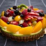 Pasangan, putra-putri atau anggota keluarga tercinta berulang tahun? Saatnya kamu berkreasi membuat cake sendiri yang lain dari yang lain. Tapi bosan dengan cake itu-itu saja yang dipenuh hiasan krim serba manis? Mungkin saatnya kamu beralih ke kue ulang tahun unik serba buah. Yuk baca resep dari BP-Guide ini, dijamin kamu bisa buat sendiri cake buah yang istimewa dan lezat!