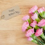 生花の持つ優雅さと美しさは格別で、大切なお母さんへのプレゼントにぴったりです。そこで今回は、母の日のプレゼントに人気の生花「2019年最新情報」をご紹介します。王道の花束をはじめ、手入れ不要のスタンディングブーケやスイーツセットなど、様々なタイプの生花をまとめましたので、喜ばれる母の日のプレゼント探しに役立ててください。