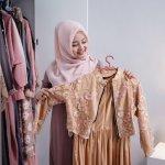 Gamis merupakan pakaian yang banyak dikenakan para muslimah belakangan ini. Gamis cocok untuk berbagai aktivitas mulai dari formal hingga non formal. Kamu tinggal pilih bahan dan warna saja untuk disesuaikan dengan acara yang akan kamu hadiri. Nah, cek tips memilih gamis yang nyaman dari BP-Guide. Intip juga rekomendasinya dari kami, ya!