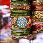 क्या आप हैदराबाद रिश्तेदारों से मिलने के लिए गए हैं? या तोह कोई काम आपको वहां खींच लाया है? वजह जो भी हो, यहाँ का स्वादिश्ट खाना खाये बिना और खूब साड़ी शॉपिंग किये बिना इस शहर से वापिस मत लौटिए। आजकल आम तौर पे सब चीज़ हर शहर में मिल जाती है लेकिन हैदराबाद के मार्केट और बाजार का अलग मजा है। लाक की चूड़ियों से लेकर हैदराबादी मोतियाँ, कपडे, साड़ियां और मिठाईयां, यहां बहुत सी ऐसी चीजें आप खरीद सकते हैं जो घर वालों को बहुत पसंद आएंगे।