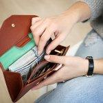 バーバリーのレディース財布は、程良くトレンドを取り入れた上品なデザインで支持されています。今回は、そのなかでもとくにおすすめのアイテムを集めました。人気のシリーズの特徴をご紹介するだけでなく、商品を選ぶ際のポイントも解説します。ぜひ参考にして、自分の好みやライフスタイルにマッチしたお気に入りの財布を見つけてください。