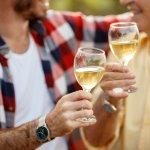馴染みのお店やおうちで、ゆっくり味わいながら楽しめるのがワイン。ブドウの品種や産地、製造年による味の違いが分かるこだわり派も多いですよね。今回は、ワインファンのお父さんに喜んでもらえるプレゼントの選び方をご紹介します。お父さんが「これいいね!」と思わずほほを緩ませるようなプレゼント選びに、ぜひ役立ててくださいね。