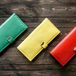 財布は女性へ贈るプレゼントとして定番のアイテムのひとつです。中でもヴィトンの財布は、世代を問わず多くの人から人気があり、プレゼントにも選ばれています。今回は、代表的な「モノグラム」をはじめとする各シリーズの長財布や二つ折り財布についてまとめました。人気の商品とその特徴をご紹介しますので、ぜひ女性へプレゼントを贈る際の参考にしてください。