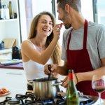 近年では、家事として料理を手伝ったり、趣味として料理を楽しんだりする男性が増えてきています。そんなときに活躍するのがメンズエプロンです。ここでは、2020年最新情報からプレゼントに喜ばれるメンズエプロンをピックアップしました。料理だけでなく、DIYやガーデニング、アウトドアでも重宝するエプロンもご紹介します。