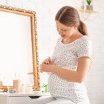 Wanita akan selalu ingin tampil cantik apa pun kondisinya. Jangan biarkan kehamilan membuat Anda jadi malas berhias diri. Anda tetap harus berdandan untuk meningkatkan suasana hati dan juga untuk menyenangkan suami. Nah, ketahui tips memilih kosmetik untuk ibu hamil dan juga rekomendasinya dari kami!
