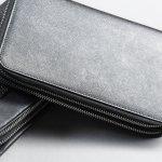 カルバンクラインのメンズ財布は、おしゃれさだけでなく使い勝手の良さでも評判です。そこで、今回は幅広いラインナップのなかからとくに人気のアイテムを、長財布・折り財布に分けてランキング形式でご紹介します。また、選び方のコツや予算も解説しているので、記事をすみずみまでチェックして、自分にぴったりの財布を手に入れてください。