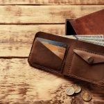 ブランド革財布は、男性へのプレゼントでも人気のアイテムです。今回は、そんな革財布の中でも、1万円台で購入可能な人気の財布ブランドを【2019年最新版】ランキング形式でご紹介します。毎日持ち歩く財布は、相手の男性にとって使いやすい形状のものを選ぶと快適に使ってもらえます。ぜひこちらを参考に重宝されるプレゼントを贈ってください。