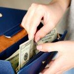 長財布は一度新しくすると長く使ってもらえ、機能面もとても充実しているため母の日のギフトとして最適です。今回は、カラーやデザインも豊富な長財布の2019年最新情報をご紹介します。上質な素材を使った長財布やハイブランドの長財布など、お母さんの好みに合わせたセンスの良い長財布の選び方もぜひ参考にしてみてください。