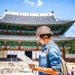Jalan-jalan ke Korea tentu menyenangkan. Berwisata ke berbagai tempat-tempat bersejarah, atau ke tempat syuting artis idola kamu. Tapi, jangan lupa-lupa beli oleh-oleh untuk saudara dan teman-teman kamu. Yuk ikut BP-Guide beli berbagai oleh-oleh menarik berikut ini!