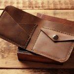 エドウィンの財布は、気軽に贈ることのできるプレゼントとして最適です。比較的低い価格設定となっており、贈る側にとっても、贈られる側にとっても、気軽なプレゼントとして喜ばれています。 今回は、そんなエドウィンの財布を、二つ折り財布、長財布、ラウンドファスナー長財布、コインケースの4種類に分けてご紹介します。プレゼントとしてエドウィンの財布が人気の理由や、選び方、予算も併せてご紹介していますので、ぜひ参考にしてください。