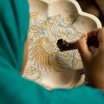Sedang mencari hiasan, perhiasan, atau perlengkapan rumah yang unik dan bernilai seni. Tentunya, kerajinan tangan khas Indonesia bisa menjadi pilihan jitu. Berikut ini, BP-Guide merekomendasikan dan mengulas beberapa jenis karya kerajinan tangan Indonesia yang bisa Anda pertimbangkan.