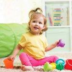 Usia di bawah 1 tahun menjadi masa tumbuh kembang bayi yang bisa distimulasi dengan mainan edukasi. Oleh karena itu, ada baiknya Anda memberikan mainan yang tepat sesuai dengan usia si kecil agar kemampuan motorik kasar dan halusnya dapat terlatih dengan baik.