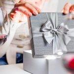社会人となり初めて迎える誕生日は、仕事でも使用できる実用性のあるプレゼントが人気です。今回は、新社会人の彼女に人気の誕生日プレゼント「2019年最新版」ランキングを人気の理由や予算、選び方とあわせてご紹介します。相手の方に喜んでもらえる素敵なプレゼントを選ぶ際の参考にしてください。