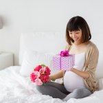 Bạn đừng nghĩ phụ nữ mang bầu thì không cần quà Valentine, dù trong trạng thái nào, phái nữ luôn muốn được yêu thương và trân trọng. Đặc biệt hơn, trong thai kỳ, vì thay đổi nội tiết nên chị em càng dễ xúc động và rơi nước mắt, một món quà dễ thương trong lễ tình nhân sẽ khiến cô ấy vui vẻ hơn rất nhiều. Có phải bạn đang băn khoăn chưa biết nên tặng quà gì cho vợ bầu mình nhân ngày Valentine này? Hãy tham khảo ngay 10 gợi ý dưới đây nhé.