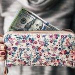 女性への贈り物として人気の高い長財布のなかでも、特に喜ばれるデザインが花柄です。そこで、今回は人気の花柄レディース長財布の2021年最新情報を、ブランドや特徴など4つのポイントに分けてお届けします。大切な方へのプレゼント選びに、ぜひお役立てください。