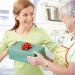 両親、父、母へ贈る2017年最新版、喜ばれる人気の初任給のプレゼントをランキング形式でご紹介します。  両親、父、母へ初任給のプレゼントを贈る場合の平均的な相場やプレゼントの選び方、人気のプレゼントランキング、プレゼントに添えるメッセージ文例などを徹底解説します。  事前に情報収集をしっかりと行い、両親、父、母に喜んでもらえる初任給のプレゼントを選ぶためにぜひ参考にしてください。