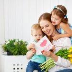 Kasih sayang seorang ibu memang tak bisa diukur dengan apa pun. Namun, sebagai bentuk ungkapan rasa kasih sayang, coba berikan kado spesial di Hari Ibu. Berikut beberapa kado menarik yang bisa kamu pilih untuk ibu di hari spesialnya.