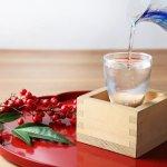 日本酒は、お酒を日頃からたしなむお父さんへの父の日のプレゼントとして人気があります。そこで今回は、父の日に喜ばれる人気の日本酒を【2021年最新版】としてランキング形式でもご紹介いたします。甘口の日本酒は、甘い味付けの料理との相性がよく、辛口の日本酒は塩味が強いお刺身などの料理に合います。脂っこい料理には、淡麗タイプの日本酒が合い、さっぱりしたおつまみには熟成タイプがおすすめです。 父の日の前に、喜んでもらえる日本酒をぜひ選んでください。