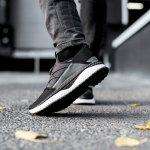 """Ada istilah """"tidak ada yang salah dengan warna hitam"""". Istilah tersebut mengartikan bahwa warna hitam akan selalu pantas untuk apa pun yang Anda kenakan. Selain karena tidak mudah terlihat kotor, warna netral yang satu ini juga bisa menjadi pilihan gaya Anda yang merasa lebih ingin terlihat kasual, elegan, modis, dan simpel. Nah, bagi Anda pencinta sneakers setidaknya memiliki satu warna ini sebagai salah satu koleksimu bukan? Yuk, intip tips bagaimana merawat sneakers berwarna hitam serta rekomendasi produk bagi Anda yang ingin menambah koleksi sneakers."""