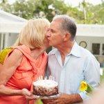 還暦を迎える両親へのプレゼントって、何を贈ればいいのか悩む人は多いです。そこで、「2021年最新版 両親への還暦祝いの人気プレゼント」をランキング形式でご紹介すると共に、プレゼントの選び方やお祝いの仕方などもまとめました。還暦祝いの贈り物は、「相手に喜んでもらう」ことだけでなく、今までの感謝の気持ちや、これからの健康を祝う気持ちも込めて選びましょう。ぜひ、参考にしてください。