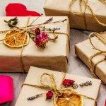 Quà handmade là một trong những ý tưởng hay ho để tặng chồng vì giúp bạn thể hiện được tâm ý của mình. Một món quà handmade vừa độc đáo vừa ý nghĩa đôi khi sẽ khiến chồng bạn vui vẻ hơn là những món quà cầu kỳ đắt tiền khác. Tuy nhiên không phải ai cũng đủ khéo tay để làm quà handmade. Đừng lo, bạn hãy tham khảo ngay 10 gợi ý làm quà handmade đơn giản và thú vị tặng chồng (năm 2021) dưới đây để có lựa chọn ưng ý nhất nhé.