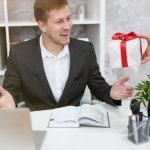 クリスマスプレゼントを男性上司に贈るとなると、何を選べば良いか悩んでしまう人は多くいます。この記事では、編集部が独自の調査にもとづき、おすすめできる15アイテムを厳選しました。ランキング形式でご紹介するので、一目で人気のアイテムをチェックできます。上司にぴったりのプレゼントを見つける際の参考にしてみてください。