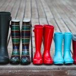 Saat musim hujan, sepatu bisa saja basah dan membuatmu kehabisan alas kaki. Menghadapi situasi ini, kamu bisa menggunakan sepatu karet. Sepatu karet lebih cepat kering jika kebasahan dan kamu juga bisa tetap tampil gaya. Jadi, tak perlu khawatir lagi kehabisan stok sepatu di rumah.