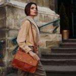 Dewasa ini kita bisa dengan mudah menemukan berbagai jenis tas kulit wanita di pasaran. Meski mudah, Anda tidak boleh sembarangan memilihnya karena jika tidak mengetahui tips membedakan tas kulit asli dan palsu bisa-bisa Anda kecewa. Simak tips dan rekomendasi BP-Guide berikut ini!