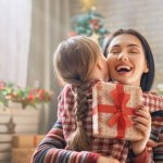 Untuk memperingati hari Natal, kita pastinya ingin membahagiakan orang terdekat kita dengan memberikannya hadiah bukan? Ibu pun menjadi salah satu orang yang tak luput dari hal ini karena ia merupakan orang yang paling berjasa dalam hidup kita. Simak yuk rekomendasi hadiah yang akan membuat ibu Anda terkesan dan senang di bawah ini.