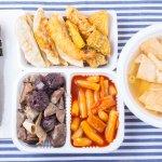 """Hàn Quốc là một quốc gia nổi tiếng với nền ẩm thực đa dạng và phong phú. Chắc hẳn bạn đã từng một lần say mê món kim chi trứ danh hay món mì tương đen ngon tuyệt của quốc gia này rồi nhỉ. Nếu chưa từng thử qua những món ăn vặt Hàn Quốc với hương vị đặc trưng, khác biệt thì bạn hãy tham khảo ngay 10 gợi ý trả lời cho câu hỏi """" Ăn đồ ăn vặt Hàn Quốc món nào ngon?"""" qua bài viết dưới đây nhé!"""